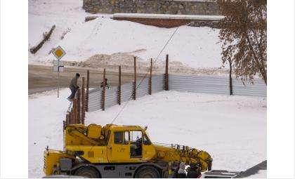 Забор вокруг будущей стройки появился 27 октября