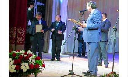 Мэр Бердска Евгений Шестернин с возгласом «Ура!» принял в День города сертификат на 10 новых автобусов от губернатора Владимира Городецкого