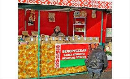 Батька Лукашенко с футболки в торговой палатке смотрит на посетителей белорусской ярмарки в Бердске