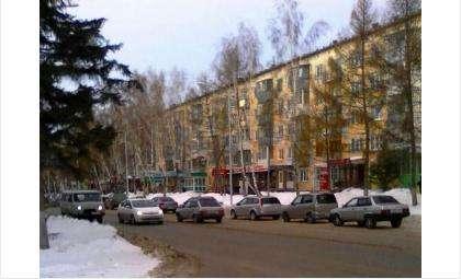 Стоящие машины занимают целую полосу улицы Ленина в Бердске
