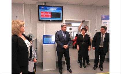 Начальник отделения ПФР по НСО Александр Терепа (на фото в центре) доволен капремонтом в бердском управлении Пенсионного фонда