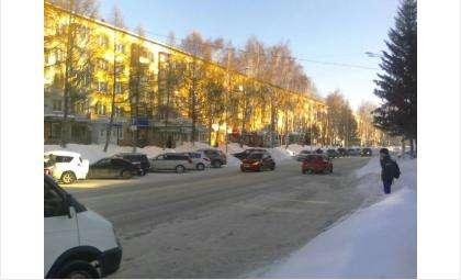 Из-за того, что парковки завалены снегом, стоящие автомобили занимают целую полосу на ул. Ленина в Бердске