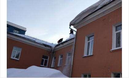 С утра 20 января в Бердске чистят от снега крыши зданий