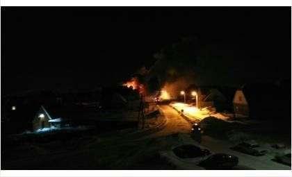 В Южном микрорайоне Бердска горит 2-этажный дом