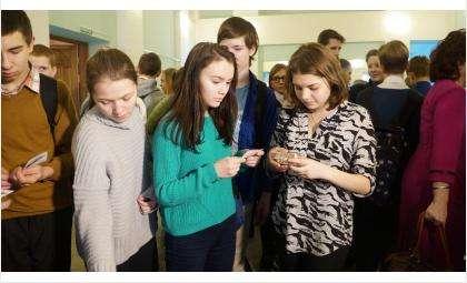 Современная молодежь с удивлением изучала состав краюшки блокадного хлеба