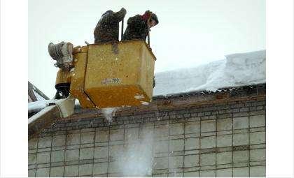 На снежные шапки на крышах и балконах жалуются жители Бердска