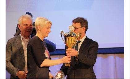 Кубок Бердска, ставшего чемпионом игр, вручен руководителю отдела физкультуры и спорта Бердска Светлане Ашихминой