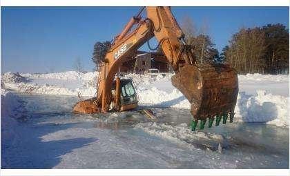Экскаватор провалился под лед