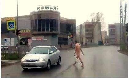 Абсолютно голый мужчина шел по улице в Бердске. Кадр из видеоролика