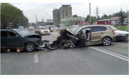 Лобовое столкновение БМВ и «Тойоты» произошло на трассе М-52 в Бердске