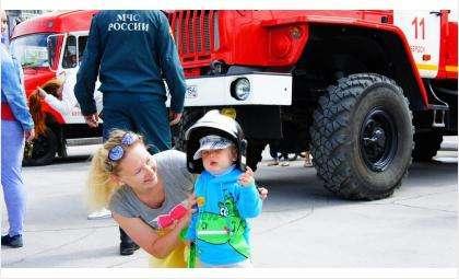 День детства в Бердске – с пожарными МЧС