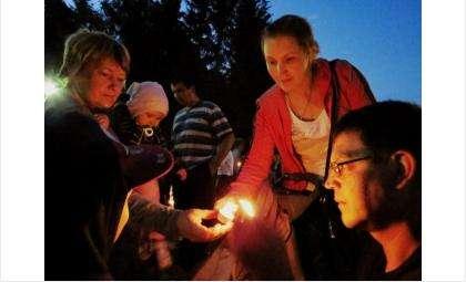 Бердчане целыми семьями приходят на акцию «Свеча Памяти»
