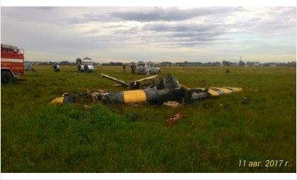 Самолет при падении разломился пополам и загорелся. Пилот погиб
