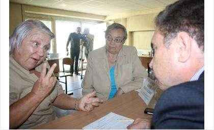 Бабушки жалуются главврачу на недоступность кардиолога