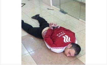 Бердчанин, пожелавший снять 1 рубль со счёта, устроил драку в Сбербанке