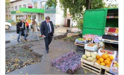 Мэр Бердска Евгений Шестернин с группой общественников проверил благоустройство дворов