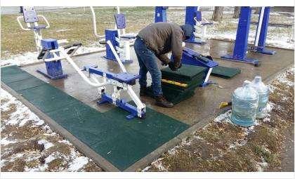 Плитки крепят на специальный морозостойкий клей, который гарантирует надёжное сцепление в суровых сибирских морозах