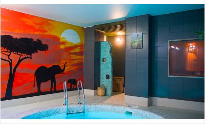Зал «Саванна» оформлен яркими тёплыми красками заката
