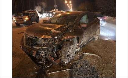 На развороте у клиники Мешалкина столкнулись три автомобиля