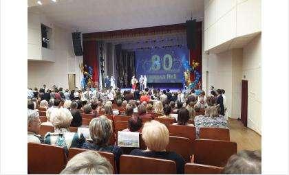 ДК «Родина» вручил коллективу школы пригласительные на концерты