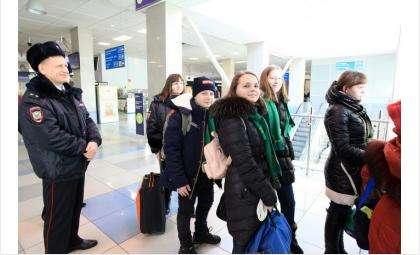 Школьников сопровождают педагоги, врач-педиатр и сотрудник полиции