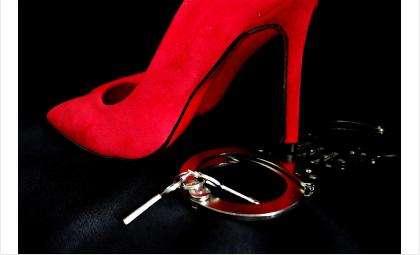 Из-за ревности жительница Искитима ранила ножом мужа и подругу
