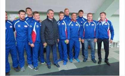 Полпред президента по СФО Сергей Меняйло и команда по регби-7 «Дружина»