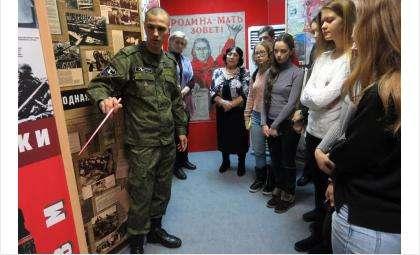 Командир отрядаАлексей Батенев провел экскурсию по экспозиции Великой Отечественной войны