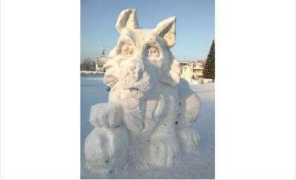Символ 2018 года. Снежная собака в новогоднем городке в Бердске