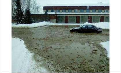 Из трубы хлещет холодная вода в сторону дома по адресу: ул. Микрорайон, 68