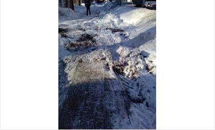 Трактор чистил снег и сломал новые тротуары на ул. Комсомольская