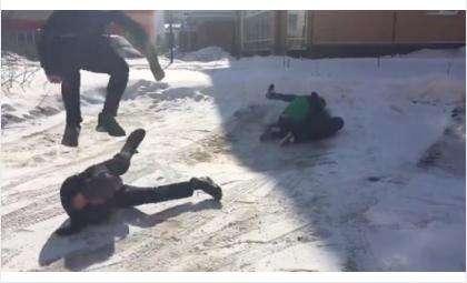 Жестокие удары семиклассникам нанесли двое восьмиклассников в Бердске