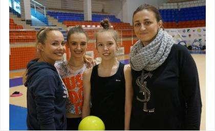 Екатерина Сиротина и Ирина Дзюба подготавливают гимнасток к выступлению
