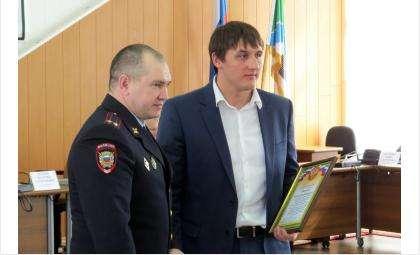 И.о. начальника бердского отдела МВД Игорь Иус наградил Илью Ильченко