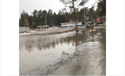 Вода вылилась на дорогу
