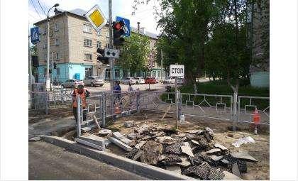 Устанавливают ограждения у пешеходных переходов на 18 квартале в Бердске