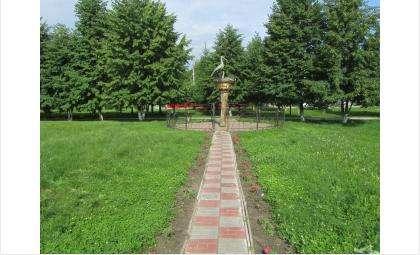 Уголок возле скульптуры аистов засадили цветами впервые