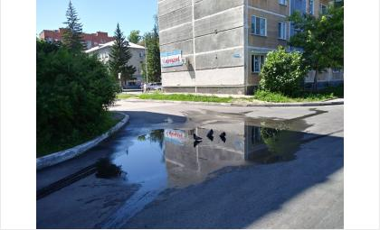 Лужа между домами на Ленина днем 10 июля