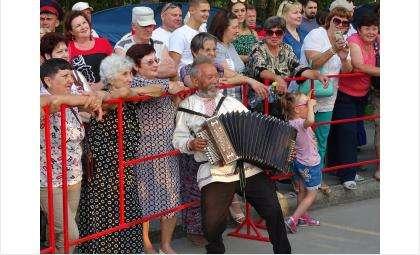 Гармонист Арсений Яйцов из Марий Эл выступает в Бердске