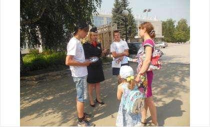 Все участники акции получили памятки для велосипедистов и пешеходов
