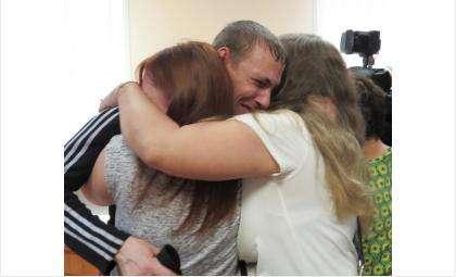 Дмитрий Кондратенко и его родные не сдерживали слёз счастья