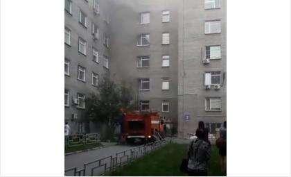 На территории областной больницы в Новосибирске загорелся ожоговый корпус