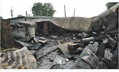 Огонь полностью уничтожил дом на двух хозяев