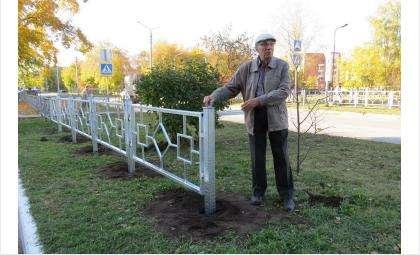 Рабочие успели вкопать лишь несколько звеньев ограды. Их остановили жители