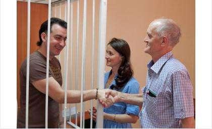 Владимир Мухамедов на суде. Рядом - супруга и лидер бердской ячейки КПРФ Сергей Бессонов