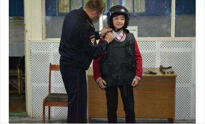 Школьникам показали оружие в тире полиции Бердска