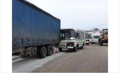 Автобус врезался в стоящую фуру в Бердске