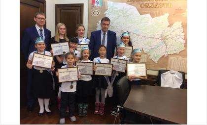 Министр образования Новосибирской области Сергей Федорчук и юные победительницы