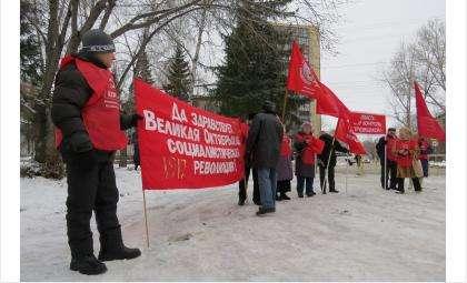 Коммунисты держали лозунги, славящие Октябрьскую революцию
