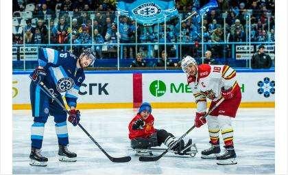 Вбросил шайбу перед матчем «Сибирь» - «Куньлунь» следж-хоккеист из Бердска